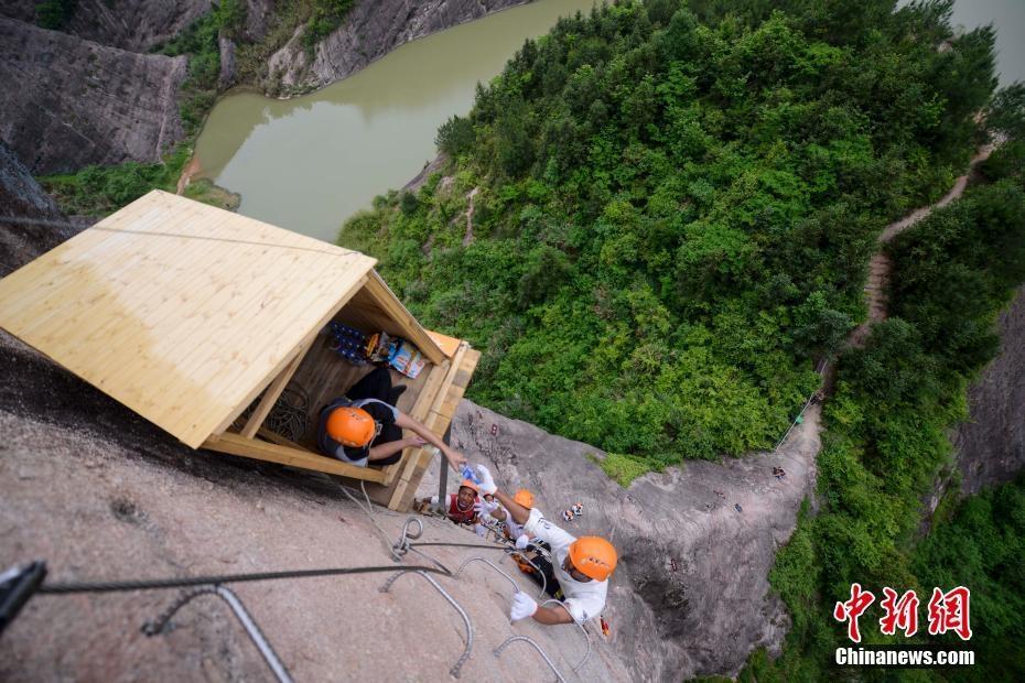 湖南百米高悬崖开商店 游人买水需飞檐走壁